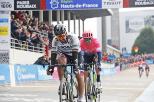 Peter Sagan prichádza do cieľa Paríž - Roubaix 2019.