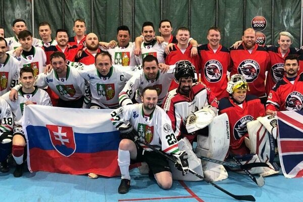 """Hokejbalisti Čadce a Veľkej Británie si po zápase """"strihli"""" aj spoločnú fotografiu."""