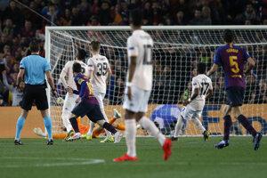 Hráč Barcelony Lionel Messi (druhý zľava) strieľa úvodný gól do bránky  Manchesteru United v 2. zápase štvrťfinále Ligy majstrov FC Barcelona - Manchester United na štadióne v Barcelone 16. apríla 2019.