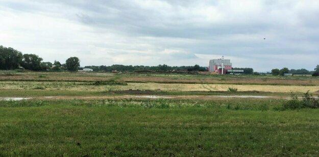 V týchto miestach vyrastie nová fabrika. V pozadí môžete vidieť kogeneračnú jednotku.
