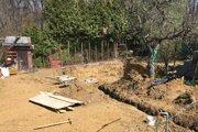 Okraj jamy pre základy novej chaty je úplne pri plote. Zo starých základov nezostalo nič.