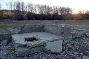 Aj časť Bobrovníka skončila pod vodou. Takto sa vynárajú základy. Foto z marca