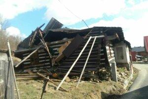 Upratať okolie domu zostalo na pleciach obce.