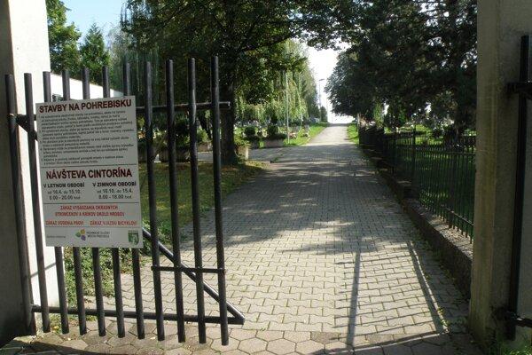Mesto na cintoríne obnoví ďalšie úseky hlavného chodníka.