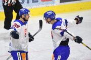 Na snímke vľavo strelec prvého gólu Slovenska Martin Bakoš sa teší z gólu s Marekom Ďalogom v druhom zápase Euro Hockey Challenge Rakúsko - Slovensko 20. apríla 2019 v Innsbrugu.