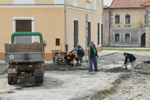 Obnovu námestia plánujú ukončiť v polovici júna.
