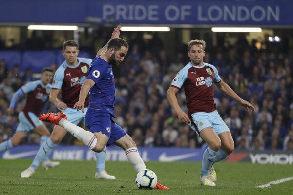 Gonzalo Higuaín (druhý zľava) strieľa gól v zápase proti Burnley.