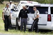 Šerif oblasti Kerr v Texase Rusty Hierholzer (v strede) vyšetrujenehodu lietadla.