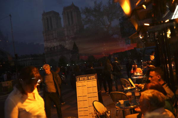 Okolie pri katedrále Notre-Dame po požiari.