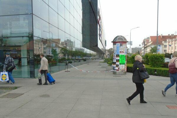 Časť chodníka je aj dnes ohradená páskou.