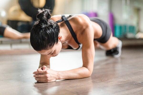 Počas planku pracujete s vlastnou váhou. Svaly nenaťahujete, ale držíte ich v napätí.