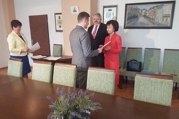 Primátor Miloš Meričko odovzdal menovacie dekréty novým riaditeľom Daniele Polovkovej a Alexandrovi Fecurovi. Polovková povedie ZUŠ, Fecura aj naďalej ZŠ Laborecká.
