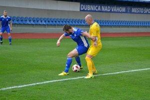 Jediný gól Dubnice dal Vujoševič (v modrom s loptou).