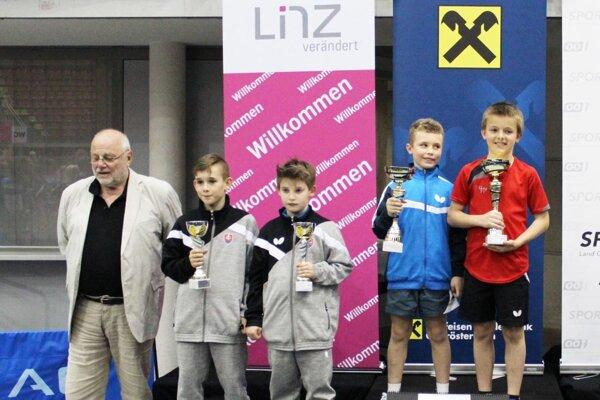Paľko Kokavec bol členom strieborného tímu v súťaži družstiev. Na snímke je v strede.