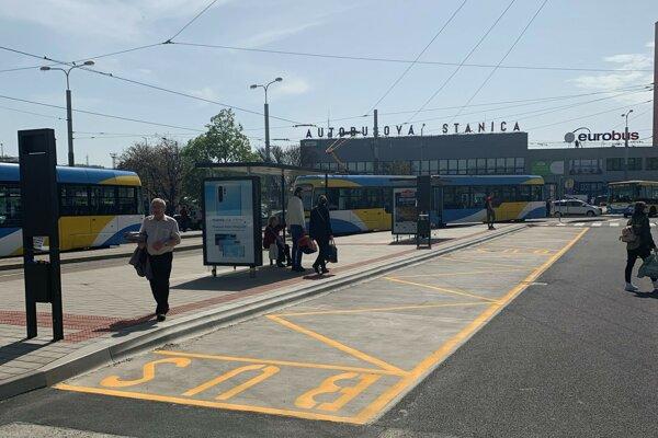 Vynovená autobusová zastávka na Staničnom námestí.
