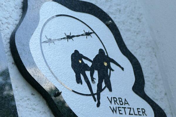 Pamätná tabuľa na stene bývalého židovského starobinca v Žiline.