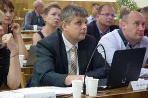 Poslanec Ján Kunovský (vľavo) vystúpil s pozmeňovacím návrhom.