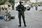 Vojak sleduje situáciu v blízkosti letiska La Carlota v Caracase