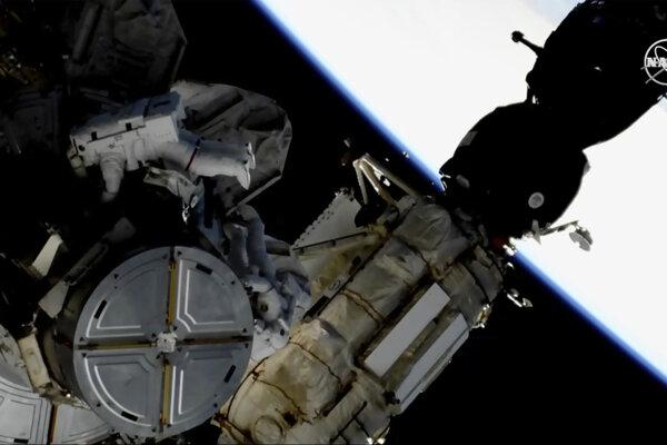 Posádke stanice žiadne bezprostredné nebezpečenstvo pola NASA nehrozí.