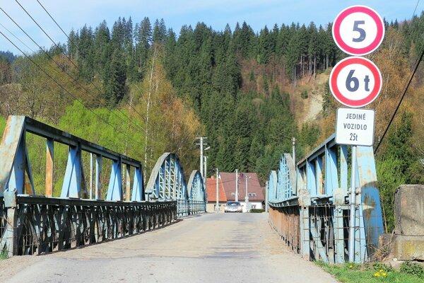 Po ďalšej zmene dopravného značenia na moste v Podbieli.