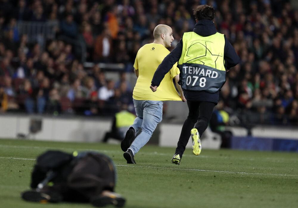 59d6980108 Liga majstrov - semifinále  Najlepšie momentky zo zápasu FC Barcelona - FC  Liverpool. 3 24. Zväčšiť Všetky fotky. Organizátori naháňajú fanúšika