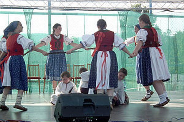 Vystúpenie detského folklórneho súboru.