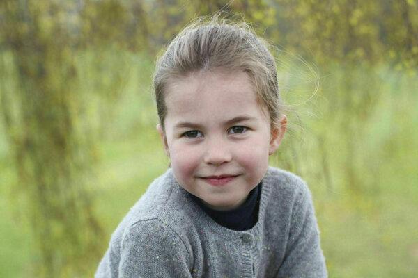 Britská princezná Charlotte pózuje vo vidieckom sídle v anglickom grófstve Norfolk.
