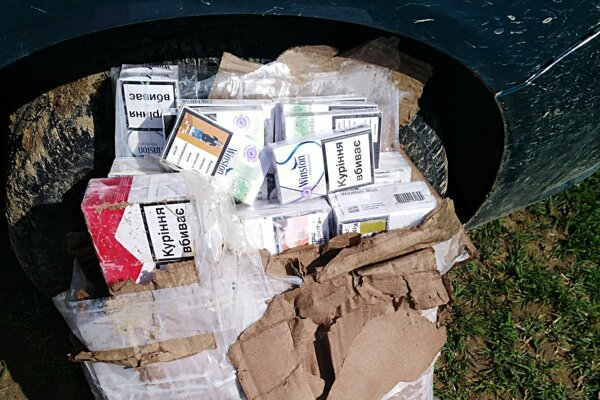 V balíku bolo 25 kartónov cigariet.