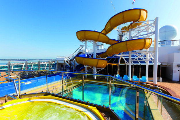 Bazén a tobogán na lodi Costa Favolosa