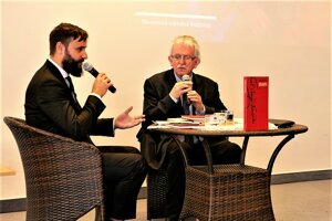 Tomáš Ulej moderoval diskusiu s prekladateľom Johnom Minahane (vpravo).