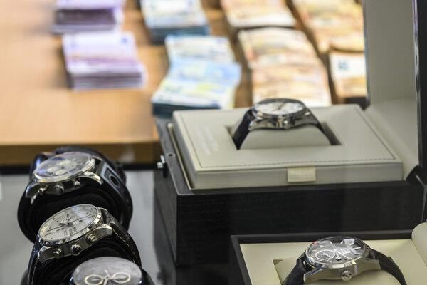 Dôkazy ako bankovky a luxusné hodinky ukázali počas tlačovej konferencie v nemeckom Wiesbadene.