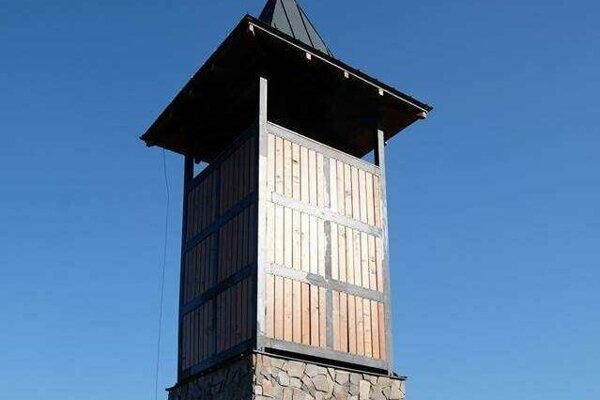 Veža sa nachádza v tesnej blízkosti vrcholu Hladký vrch, v nadmorskej výške približne 750 metrov.