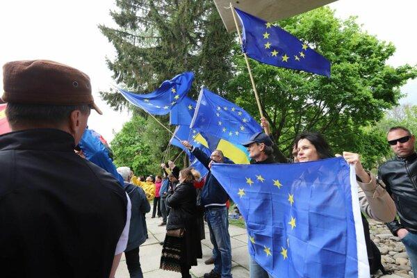 Nočných vlkov vítala okrem skupiny podporovateľov aj druhá skupina s vlajkami EÚ.