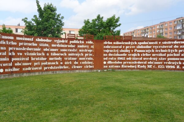 Autorom Pamätníka obetiam komunizmu je sochár Andrej Csillag.