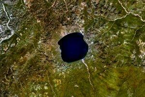 Dopadový kráter s jazerom Elgygytgyn v severovýchodnej Sibíri. Priemer je približne dvanásť kilometrov.