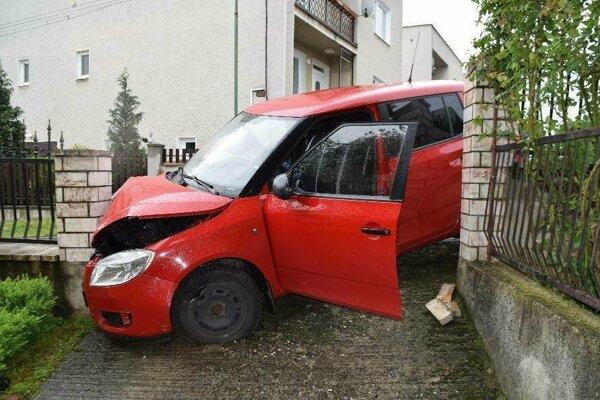 "Opitý vodič ""zaparkoval"" v plote."