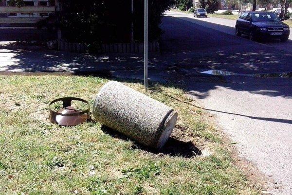 Vandali si s košom na odpadky poradili, aj keď má hmotnosť  dvesto kilogramov.