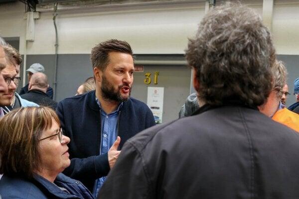 Primátor Matúš Vallo na stretnutí so zamestnancami DPB.