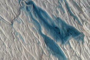 Jazero vytvorené z roztopeného ľadu a snehu v Grónsku.