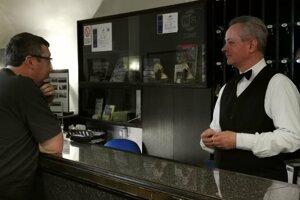 Milan Kredatus, recepčný hotela, kde majú plne obsadené fanúšikmi hokeja.
