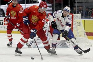 Michaiľ Sergačov (vľavo) v súboji s Mathisom Olimom v zápase Ruska proti Nórsku na MS v hokeji 2019.