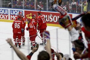 Ruskí hokejisti oslavujú viťazstvo nad Nórmi.