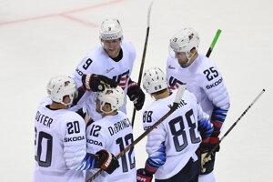 Hokejisti USA oslavujú gól v zápase USA - Slovensko na MS v hokeji 2019.