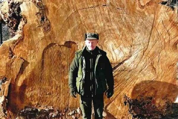 Cenná trofej: Takto sa pri topoli v zime fotili lesníci.