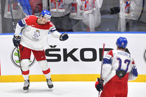 Dominik Kubalík (vľavo) sa teší z gólu so spoluhráčom Filipom Hronekom v zápase Česko - Švédsko na MS v hokeji 2019.