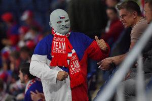 Český fanúšik s maskou filmovej postavy Fantomasa povzbudzuje v zápase Česka proti Nórsku na MS v hokeji 2019.