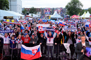 Fanzóna v Kulturaprku bola na večerný zápas plná.