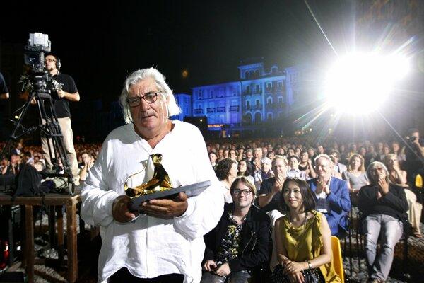 Francúzsky režisér Jean-Claude Brisseau drží v rukách Zlatého leoparda za  francúzsky film La Fille de Nulle Parte (Dievča odnikiaľ).