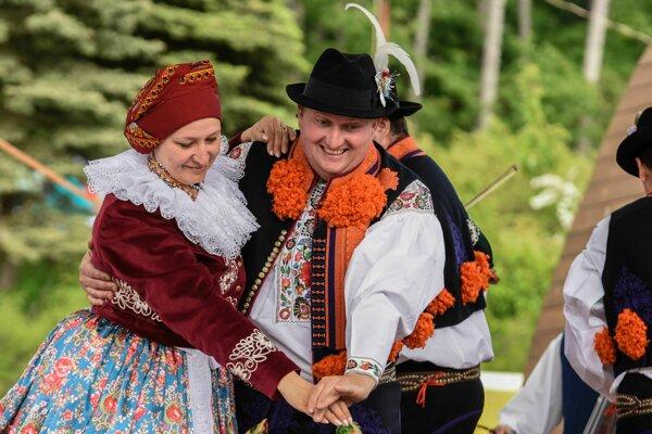 Tanečníci z FS JASÉNKA.