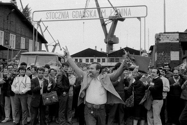 Začalo sa to v auguste 1980 štrajkom v Gdyni v Lodenici V. I. Lenina. V Solidarite sa zviditeľnil Lech Walesa.